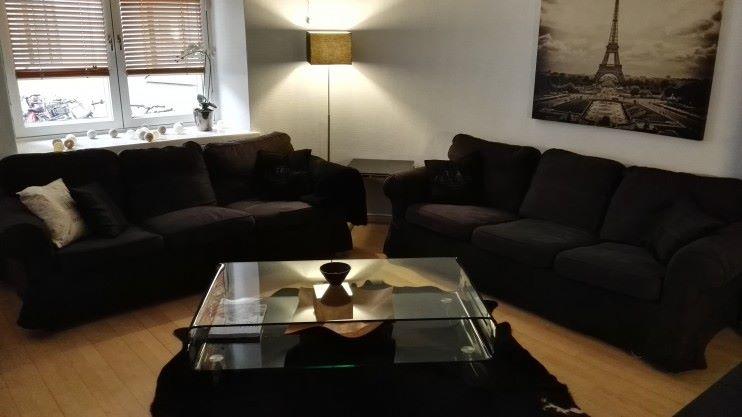Sohvat paikoillaan, sohvatyynyjä, uutta mattoa, valaisinta ym vailla