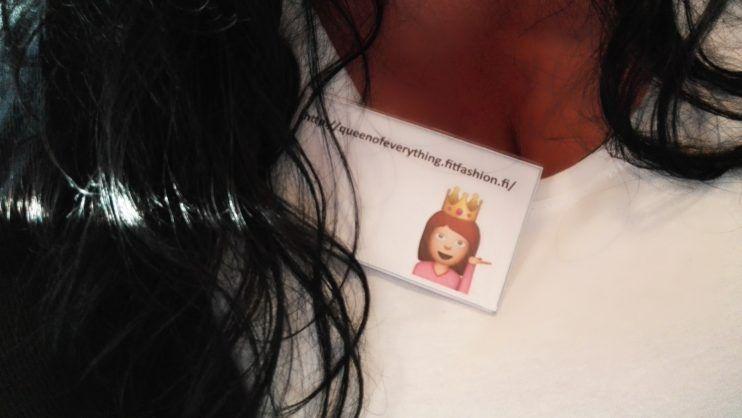 Adtractionin ja Elloksen* bloggaajille järjestetyissä kesäjuhlissa sain kuvaavan emojin nimikylttiin!